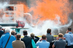 "<div class=""bildtext_en"">2 Explosion demonstrations at the trade show</div>"