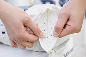 "<div class=""bildtext_en"">3 The completely sealed bag creates a safe packaging</div>"