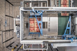 3 The Beumer paletpac stacks the 50kg bags in 5-bag-patterns onto the pallets in an exact and gentle manner