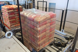 4 Roller conveyors transfer the palletised bags to the Beumer stretch hood A