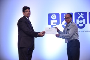 "<div class=""bildtext_en"">Mr. M.S. Balan, responsible for Sales &amp; Marketing at Aumund Engineering India (to the right), receives the award from Mr. Naresh Priyani, FLS India Vice President Procurement</div>"
