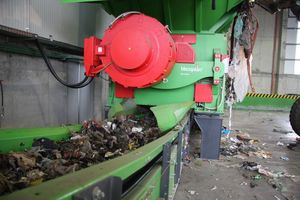 2 The VVZ 190 Taifun takes the inhomogeneous waste and shreds it to a homogenous size of < 250 mm