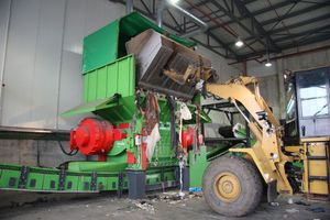 1 Wheel loaders feed the shredder with waste materials