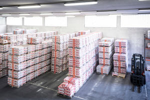 7 Masonry mortar, renderings, paints, coatings and unbonded screeds: different products are bagged, palletised and packaged quickly and reliably. Now Röfix can provide their customers with even faster delivery