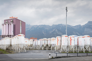 1 Overlooking the mountain panorama: Sennwald is home to one of Röfix's five branches in Switzerland. The manufacturer needed a flexible packaging line for different building materials
