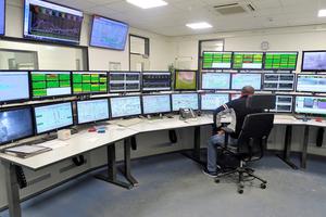 """<div class=""""bildtext_en"""">1 A look inside the new control room</div>"""