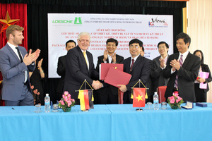 """<div class=""""bildtext_en"""">1 The Loesche team, Mr. Klaus Numsen and Mr. Konrad Scharping, together with the customer at the signing of the contract for the Hoang Thach project, Vietnam </div>"""