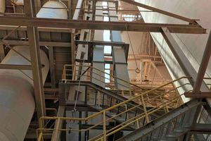 The new bucket elevator had to be designed to custom-fit the low space conditions of the preheater tower
