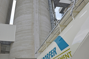 "<div class=""bildtext_en"">3 As of immediately, four cement silos with a composite storage capacity of 24 000 t, each with four loading lanes, are accelerating the cement loading process</div>"