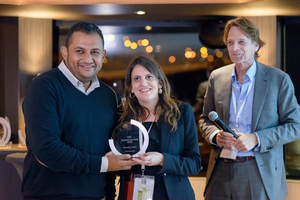 4c A honorary award went to the company BioEnergy, represented by Mohamed Adel Foud Ali and Sara Dallasta, with Dirk Lechtenberg, MVW (left to right)