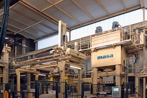 On this HDP 1200 J sand-lime brick press produced by Masa and equipped with servo hydraulics, a Dutch manufacturer produces large format slabs faster and at a constantly high quality with considerably lower use of energy
