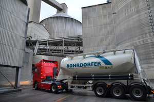 4 Four cement silos with a composite storage capacity of 24000 t, each with four loading lanes, are accelerating the cement loading process