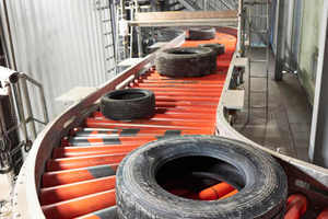 4 One tyre after another. The roller conveyor guides the tyres to the individual stations
