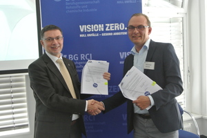 5 Helmut Ehnes (BG RCI) and Kai Wagner (Head of the VDZ Occupational Safety Working Committee) during the signing of the Vision Zero cooperation agreement in 2017