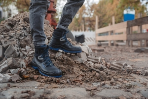 """<div class=""""bildtext_en"""">The 'Safety Grip' sole technology, as on Elten's 'Alessio blue Mid ESD S3' safety boots, offers great stability whatever the surface</div>"""