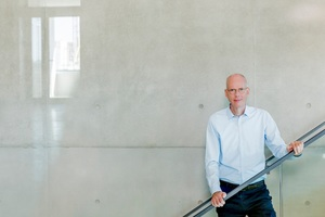 """<div class=""""bildtext_en"""">1 Dr Martin Schneider, Chief Executive Officer of the VDZ (German Cement Works Association) and Head of the Research Institute, in the new entrance hall</div>"""