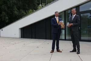 """<div class=""""bildtext_en""""><irspacing style=""""letter-spacing: -0.01em;"""">Arnulf Penker, Managing Director of FunderMax GmbH, and Bernhard Auer, Managing Director of Wietersdorfer Alpacem GmbH (f.l.t.r.)</irspacing></div>"""