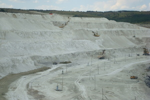 10 The dry mining operation with (a) electric face shovels and (b) surface miner at Volsk