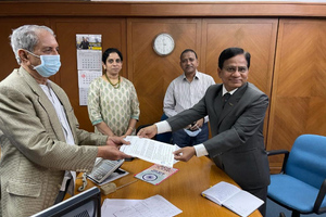 """<div class=""""bildtext_en"""">M.B. Raju, Chairman of Deccan Cement Ltd handing over the Letter of Award to D.D. Wanjale, Managing Director of Gebr. Pfeiffer India. In the background are Parvathi Raju (Managing Director) and Mr. Venkateshwarlu (Plant Director)</div>"""