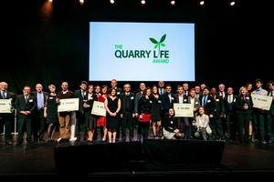 "<div class=""bildtext_en"">2 Quarry Life Award 2018 – all winners on stage</div>"