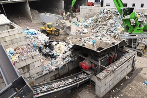 2 The bulk density of the input material is about 200 to 250kg/m³; for production waste the density is about 120 to 180 kg/m³. Employees pre-sort the material using grapples and wheel loaders and pass it to the pre-shredder