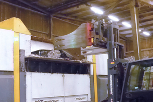 4 The material is delivered in foil bundles and loaded into the shredder with the help of a low-loader