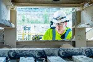"""<div class=""""bildtext_en"""">Cement plant maintenance technician</div><div class=""""bildtext_en"""">receiving Aumund remote support </div><div class=""""bildtext_en"""">via A/R glasses</div>"""