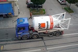 Silosteller-LKW auf dem Weg zu einer Baustelle in München/Deutschland<br />