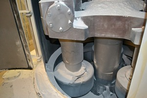1 The crosshead with pendulum rollers in thegrinding ring (left) and the pendulum mill closed (right)