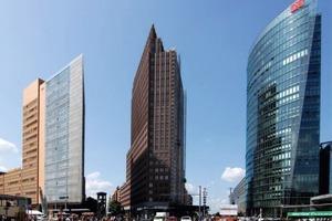 Instandsetzung der Klinkerfassade des Kollhoff-Towers in Berlin: insgesamt werden 140 t Ultracolor GG (Sondercharge), 6,5 t Kerabondund 120 tIsolastic zum Einsatz kommen<br />