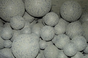 "<div class=""bildtext_en"">1 (l) The milling media (balls) coated themselves with cement if no grinding aid is used</div>"