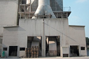 """<div class=""""bildunterschrift_en""""><span class=""""bu_ziffer_blau"""">1</span> Initial situation of the two old ESP fans with gas ducts in the noise protection building behind the ESP</div>"""