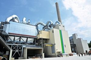 Die zum Kraftwerk gehörende Kesselanlage (links) und die weltweit erste SCR-Entstickungsanlage dieser Bauart