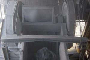 Ein Siemens Ultraschallwandler vom Typ Echomax XPS-15 ist über dem Vorbrecher installiert, um den Füllstand in staubiger Umgebung zu überwachen