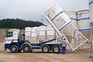 Silosteller-LKW beim Aufnehmen von gefüllten Silos in Merdingen/Deutschland<br />