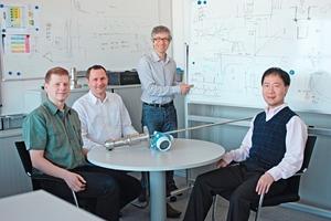 Dr. Dietmar Spanke, Edgar Schmitt, Marc Baret und Yong Jin (v. l.) haben die Echoverfolgung von Füllstandmessgeräten mit Radartechnik optimiert