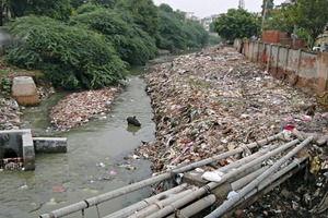 """<div class=""""bildtext_en"""">In India, the awareness of the """"public space"""" – outside the own four walls – is still evolving in urban areas and a large amount of filth and waste is dumped without thinking</div>"""