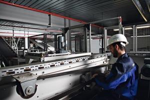 """<div class=""""bildunterschrift_en""""><span class=""""bu_ziffer_blau"""">1</span> Personnel of the Beumer Customer Support conduct technical support and machine maintenance world-wide</div>"""