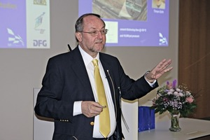 """<div class=""""bildtext_en"""">1 Prof. Dr. Johann Plank gave the introduction to the symposium</div>"""