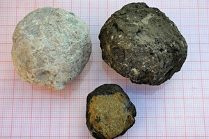 "<div class=""bildtext_en"">2 Clinker as an inter-mediate product of cement production. Right: under normal conditions, left: burnt under reductive conditions, bottom: reductively burnt with a so-called ""brown core""</div>"