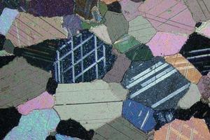 Mikrogefüge des präkambrischen Kalksteins mit Zwillingen und Spaltflächen<br />