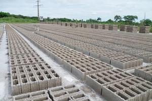 """<div class=""""bildtext_en"""">3 Mass production of the hollow concrete blocks</div>"""