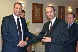Matthias Vette (Vattenfall, links) gratuliert Werksdirektor Adam Kaczmarek zum gelungenen Start der neuen Anlage.<br />