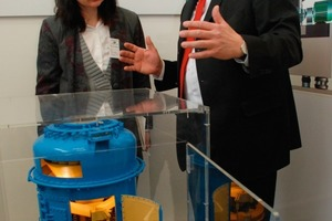 Reiner Frühling (right) explains the main principle of the Claudius Peters EM Mill<br />