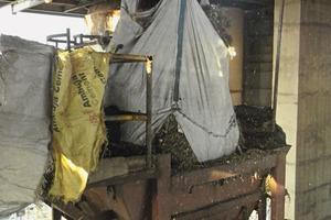 "<div class=""bildtext_en"">17<span class=""bildnummer"">+18</span> Feeding into the kiln at the cement plant</div>"