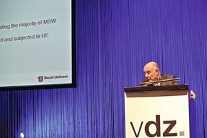 Sandro Buzzi (Buzzi Unicem S.p.A) präsentiert die neueste Errungenschaft zur Aufbereitung von festen Siedlungsabfällen