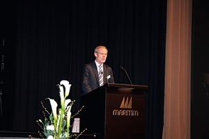 """<div class=""""bildunterschrift_en""""><span class=""""bu_ziffer_blau"""">2</span> Dr. Martin Schneider opens the conference </div>"""