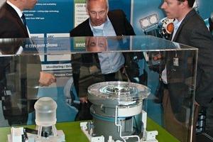 "<span class=""bildunterschrift_hervorgehoben"">1</span>Jens Westh (left) presents the new system"