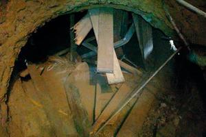 "<div class=""bildtext_en"">1 Safety scaffolding destroyed by debris impact</div>"
