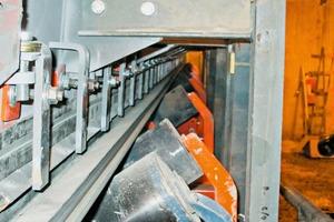 """<div class=""""bildtext_en"""">The external skirting system seals the chute to the belt</div>"""